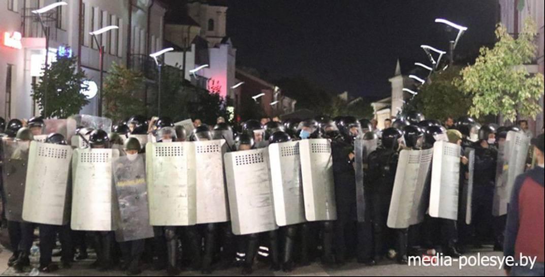 В Пинске «за беспорядки» судят 14 горожан. Потерпевшие — 109 милиционеров, которые хотят 380 тысяч за моральный ущерб